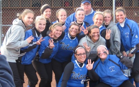 The 2011 Varsity Softball team huddles together for a picture